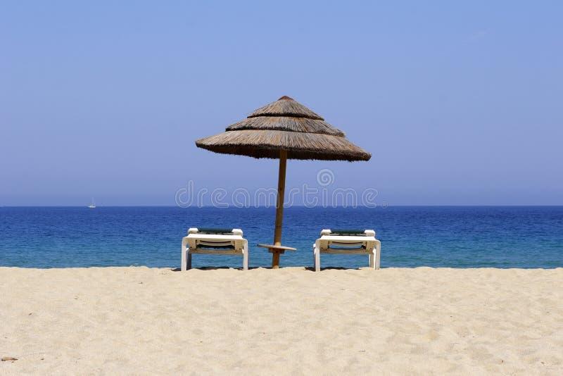 Lounger di Sun sulla spiaggia sabbiosa, co immagini stock