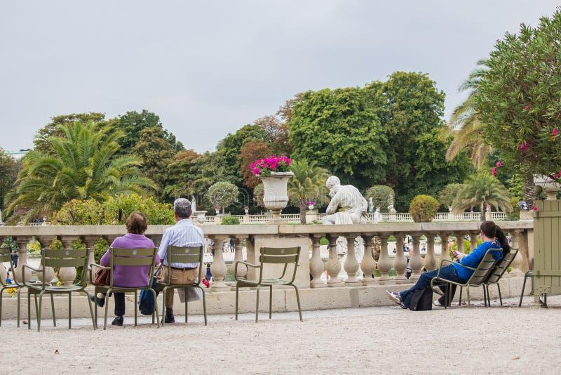 Loungers в Jardin de Люксембурге, Париже, Франции стоковое изображение