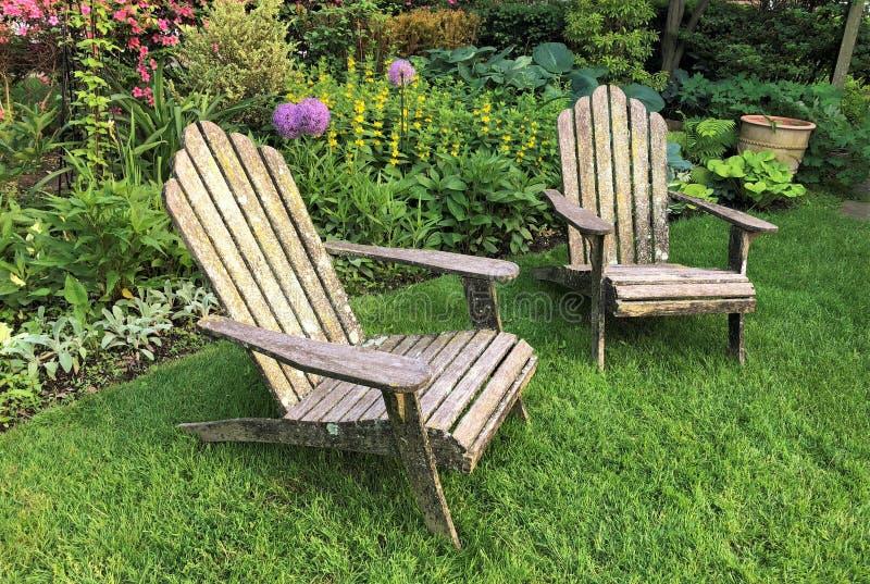 Lounging椅子在庭院里 图库摄影