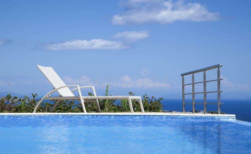 Lounging basenem z pięknym widokiem fotografia royalty free