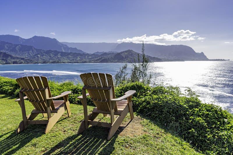 Lounging krzesła przegapia Hanalei zatoki Pali i Na suną Princeville Kauai Hawaje usa obraz stock