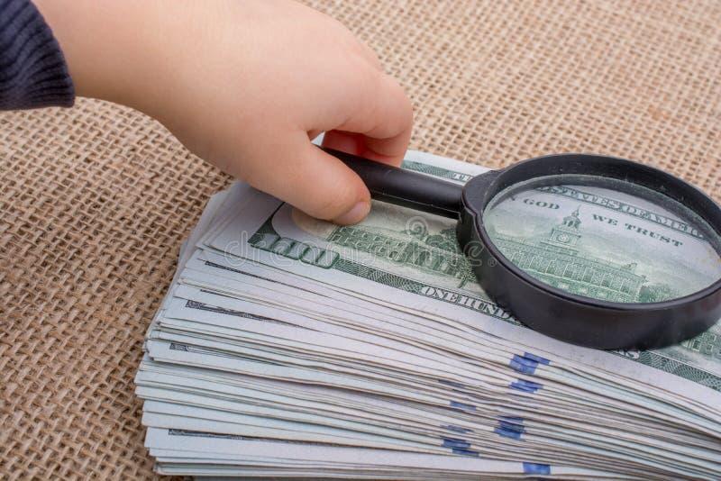 Download Loupe Au-dessus Du Paquet De Billet De Banque Du Dollar US Image stock - Image du cent, factures: 87704665