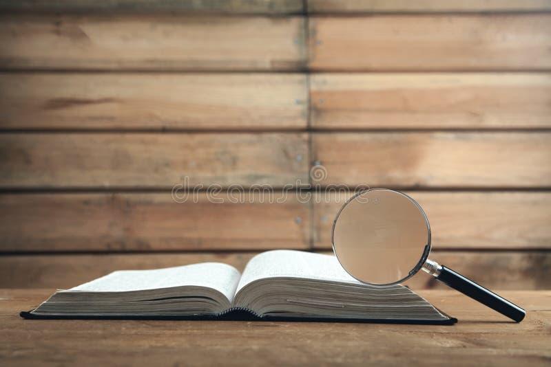 Loupe avec le livre sur la table en bois Recherchez et d?couvrez photo libre de droits