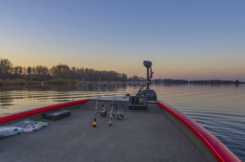 Loupe de pêche, echolot, pêchant le sonar au bateau au lac image stock