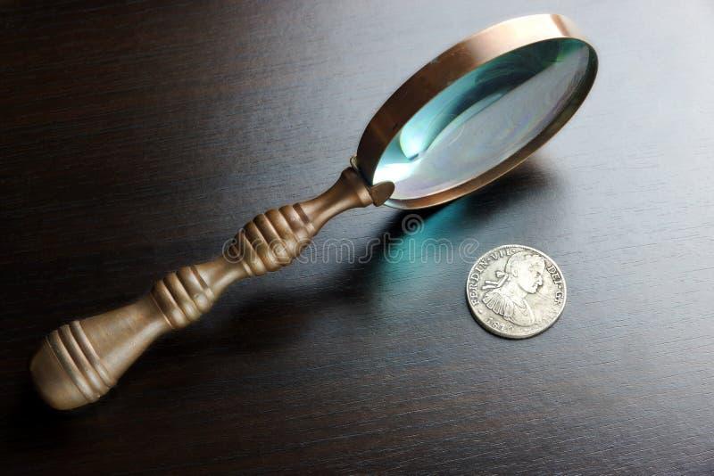Loupe de vintage et vieilles pièces en argent sur le Tableau noir image libre de droits