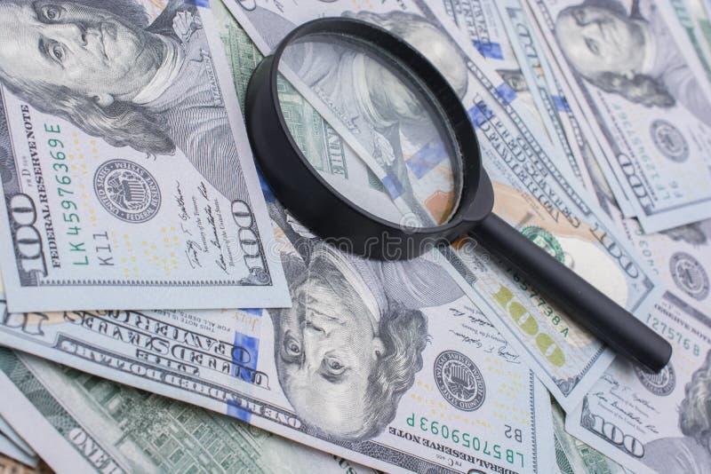 Download Loupe Plus De Dollar US Les Billets De Banque Photo stock - Image du côté, grand: 87708636