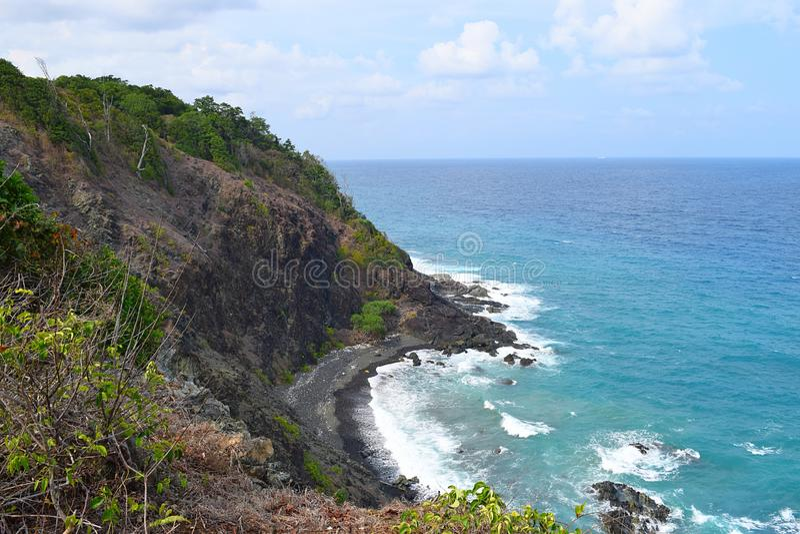 Lourd de danger - Brae avec les flancs de coteau raides dans l'océan bleu ci-dessous - Chidiya Tapu, Port Blair, Andaman Nicobar, images libres de droits