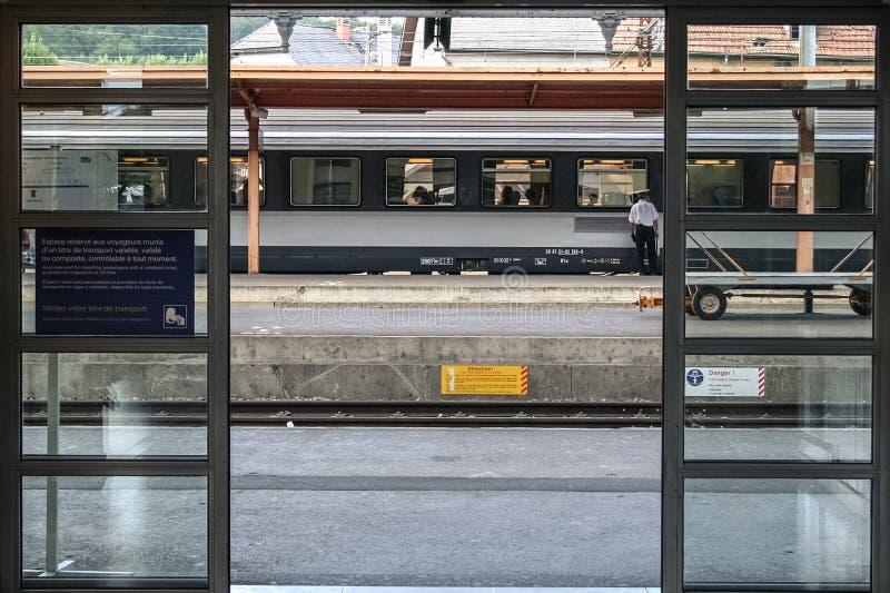 LOURDES FRANCJA, SIERPIEŃ, - 22, 2006: Regionalności taborowy przygotowywający dla odjazdu na platformie Lourdes dworzec w Pyrene zdjęcia stock