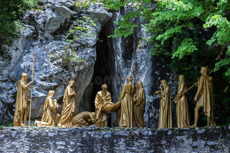 Lourdes Frankrike Oktober 22, 2017 Skulptural sammansättning av episodjordfästningen av kroppen av Jesus Christ efter korsfästels arkivfoto