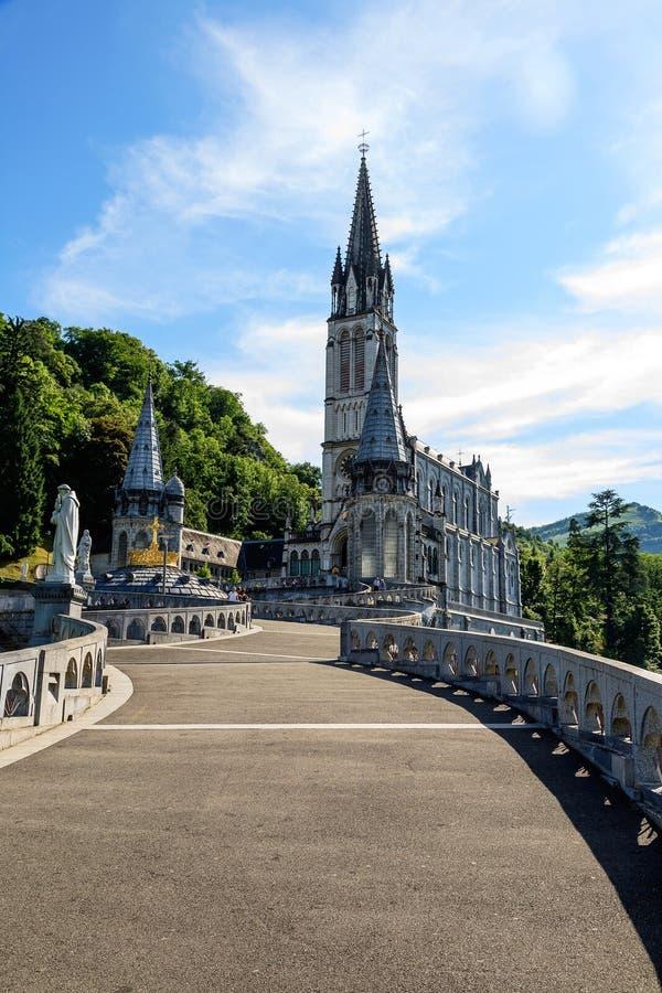 Basilika des Rosenbeetes in Lourdes stockbilder
