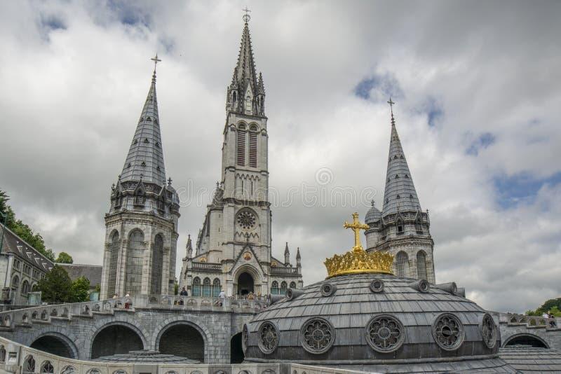 Lourdes, Midi-Pyrénées, Francia; Giugno 2015: La nostra signora di Lourdes Basilica a Lourdes, Francia fotografie stock libere da diritti