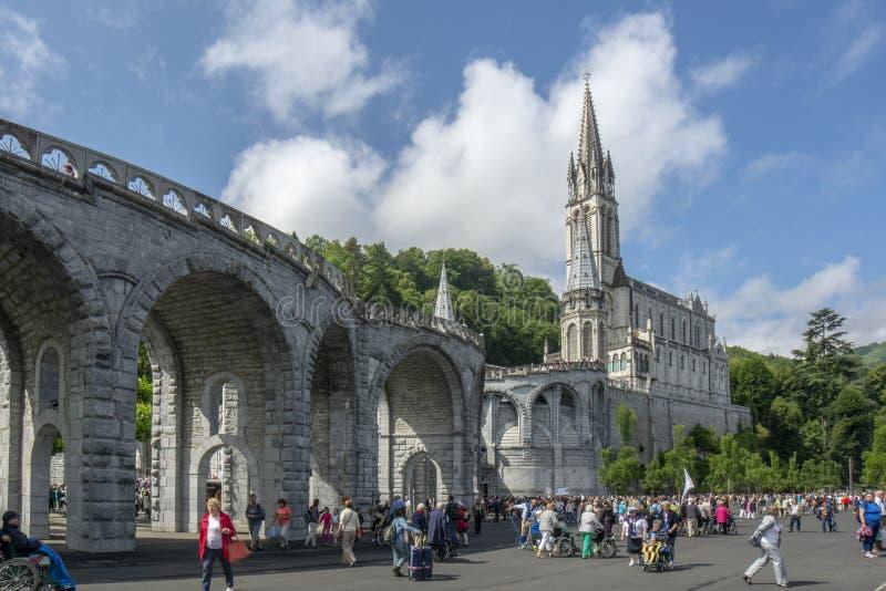 Lourdes, Midi-Pyrénées, Frankrijk; Juni 2015: De Basiliek van Onze Dame van Onbevlekte Ontvangenis van Lourdes wordt voortgebou stock foto's