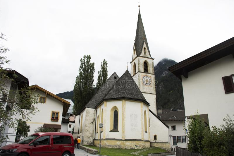 Lourdeskapellekerk bij Pfunds-dorp in Tirol, Oostenrijk royalty-vrije stock foto