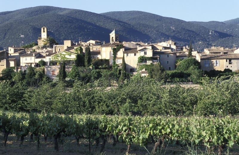 Lourmarin, un pequeño pueblo típico de Provence, Francia meridional imagenes de archivo