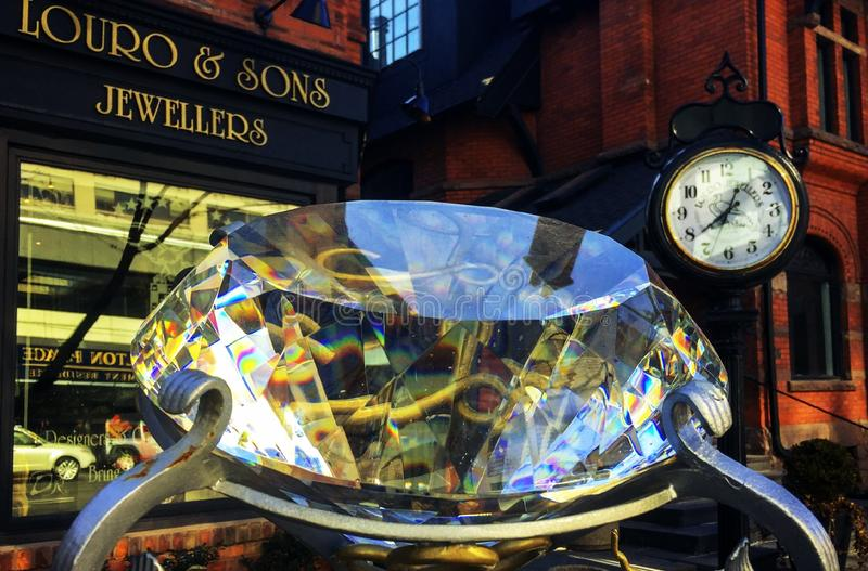 Louro和儿子珠宝商存放与巨型圆环石头的前面 库存照片