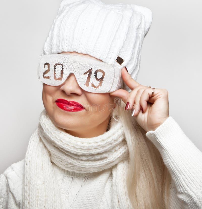 Louro alegre em vidros de segurança com a inscrição '2019 ' fotografia de stock