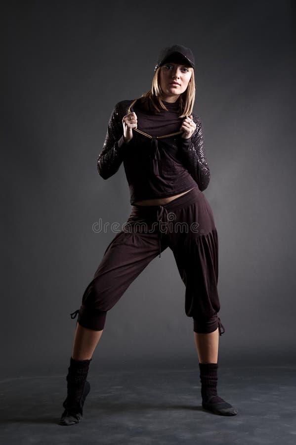 Louro atrativo na dança preta da roupa foto de stock