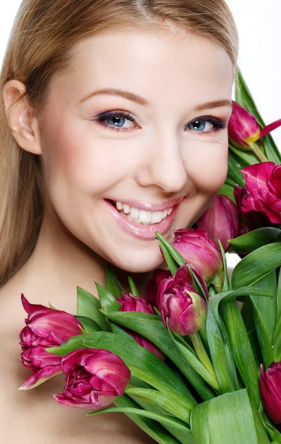 Louro bonito com flores foto de stock