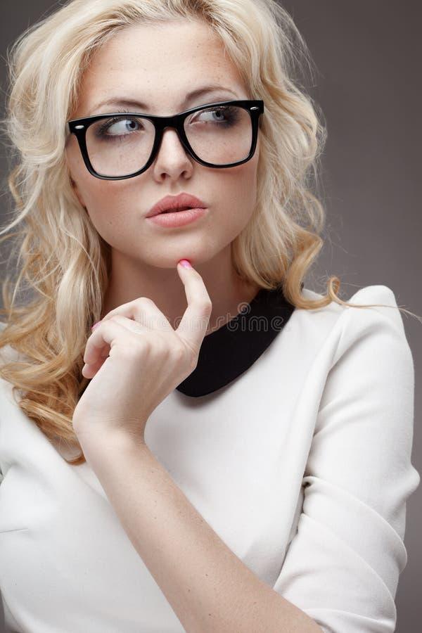 Retrato de eyeglasses vestindo da mulher loura foto de stock royalty free