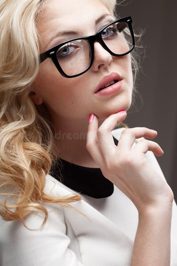 Retrato de eyeglasses vestindo da mulher loura imagem de stock