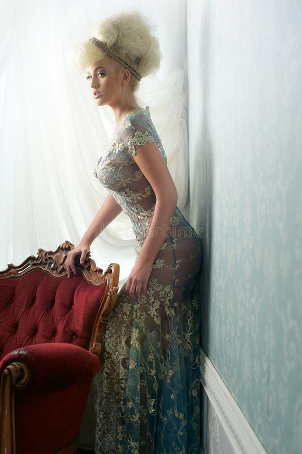 Louro bonito no vestido de casamento imagens de stock royalty free