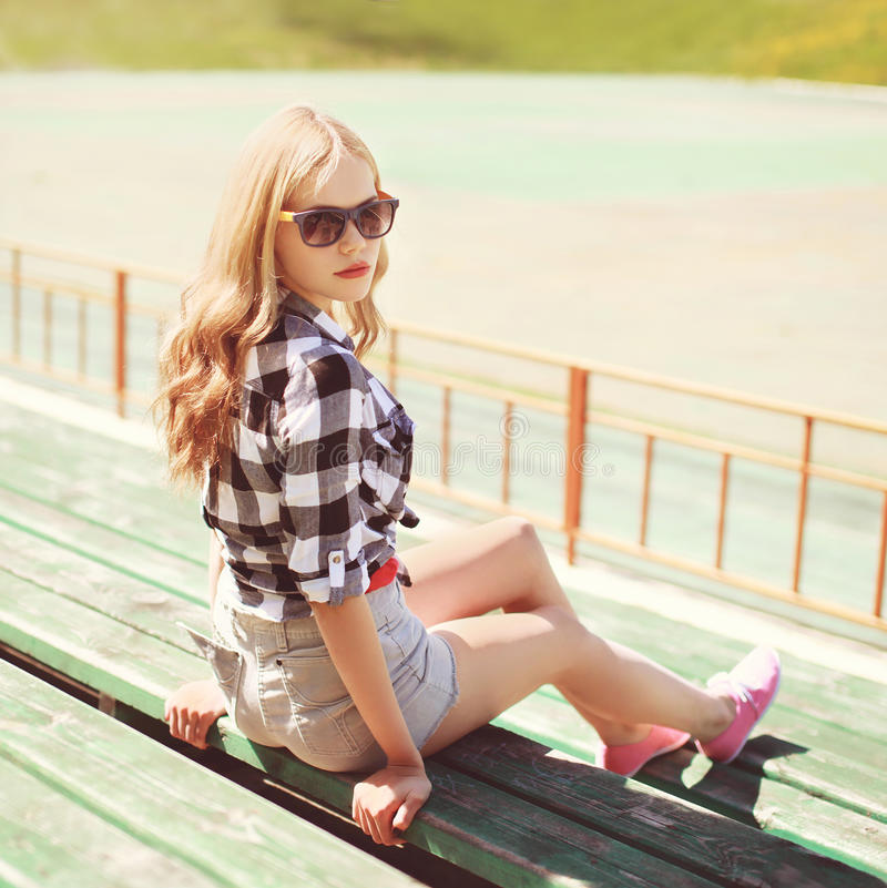 Louro bonito nos óculos de sol que relaxam na cidade imagens de stock