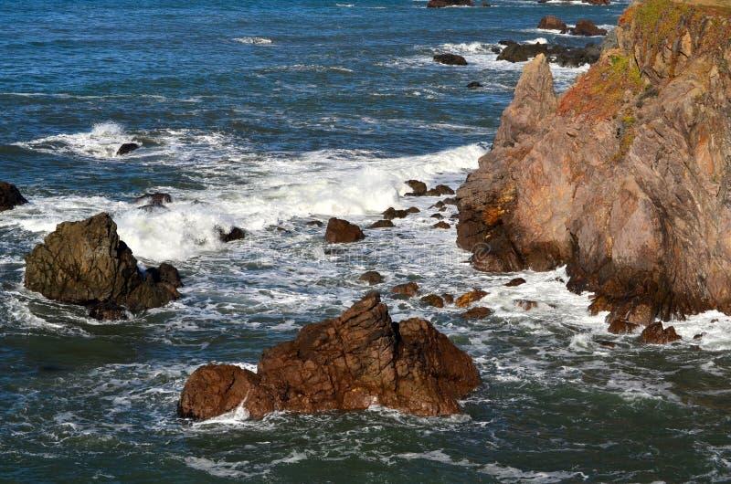 Louro causando um crash Califórnia do norte da adega das ondas imagem de stock royalty free