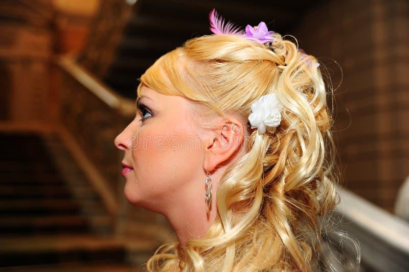 Louro com um penteado festivo foto de stock royalty free