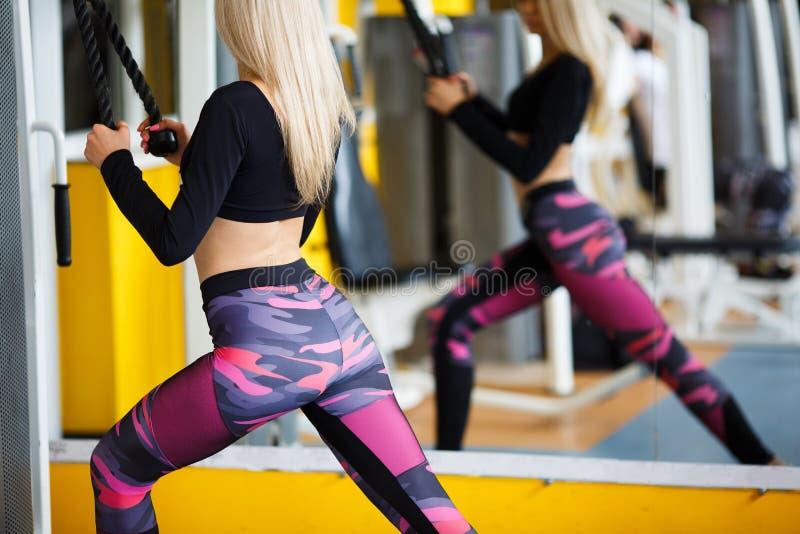 Louro da menina que faz exercícios no gym conceito de um estilo de vida saudável imagens de stock royalty free