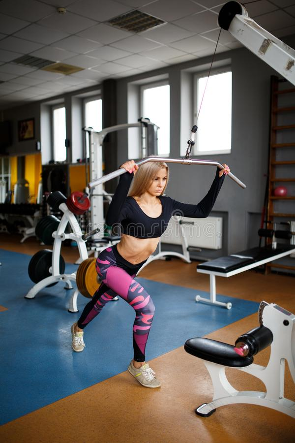 Louro da menina que faz exercícios no gym conceito de um estilo de vida saudável fotografia de stock