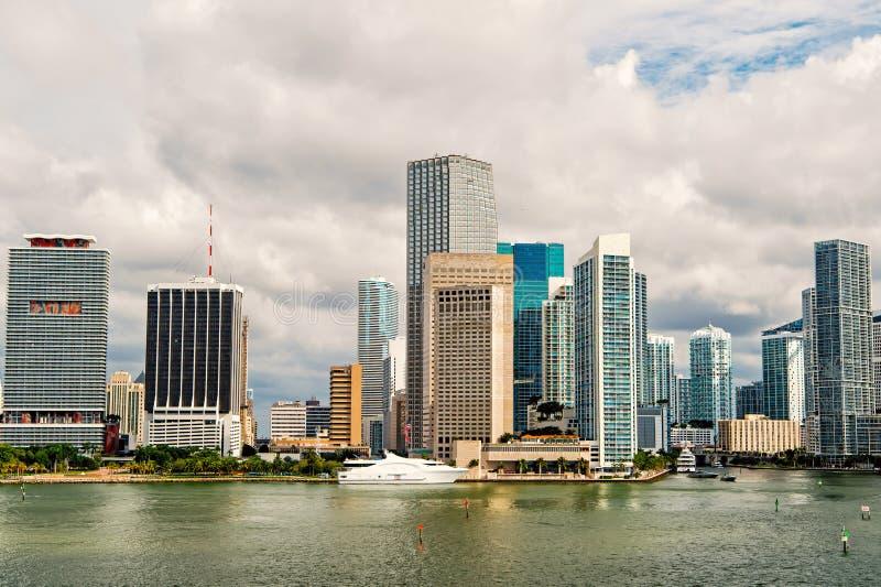 Louro de Miami com Jetski Praia sul, Miami Beach florida Silhueta do homem de negócio Cowering paradise Parque e cais sul de Poin imagens de stock royalty free