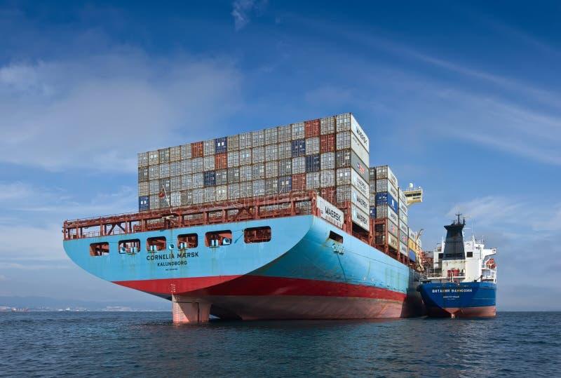 Louro de Nakhodka Mar do leste (de Japão) 17 de setembro de 2015: Navio de recipiente Cornelia Maersk de Vitaly Vanykhin do petro fotos de stock