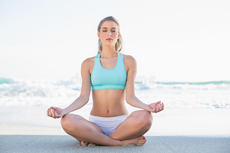 Louro delgado relaxado em meditar do sportswear imagens de stock royalty free