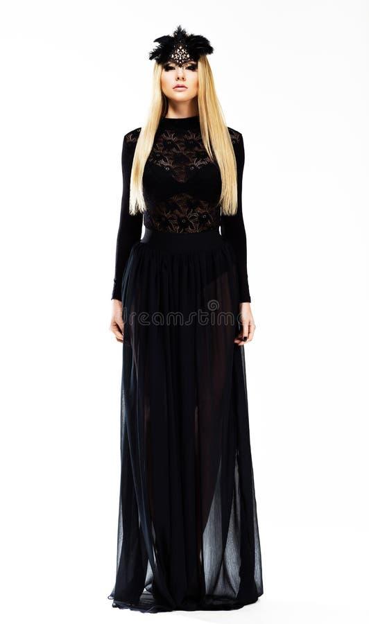 Louro elegante sofisticado em nivelar o vestido e o Headwear pretos com penas. Projeto da arte fotografia de stock royalty free