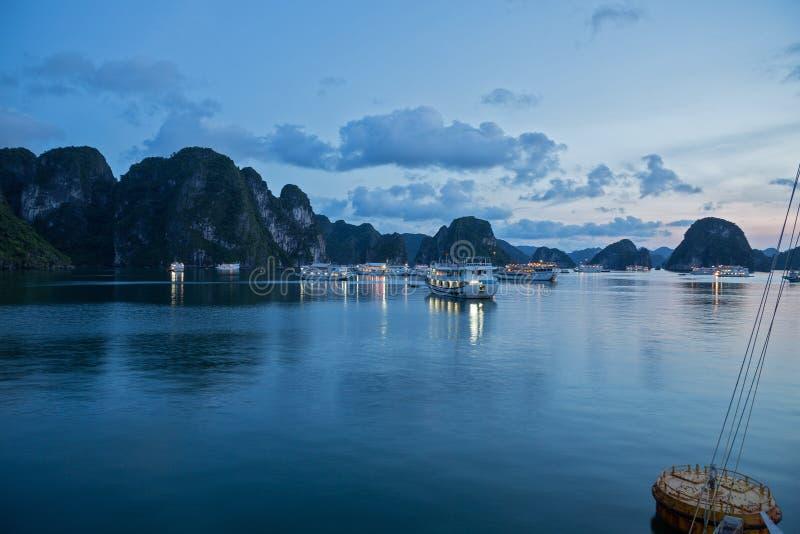 Louro em a noite, Vietnam de Halong foto de stock royalty free