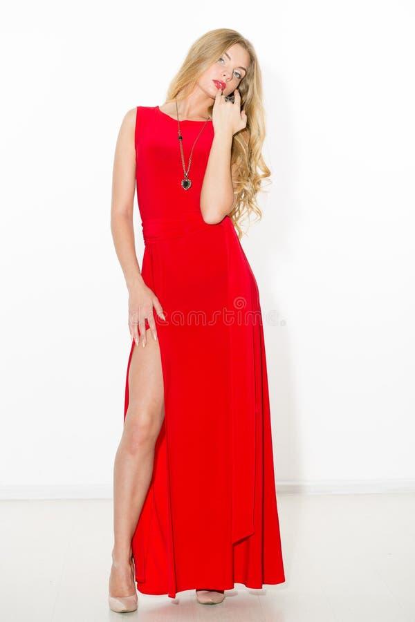 Louro encaracolado elegante 'sexy' com composição brilhante Menina do despertar sexual em um vestido curto Isolado no fundo branc fotos de stock
