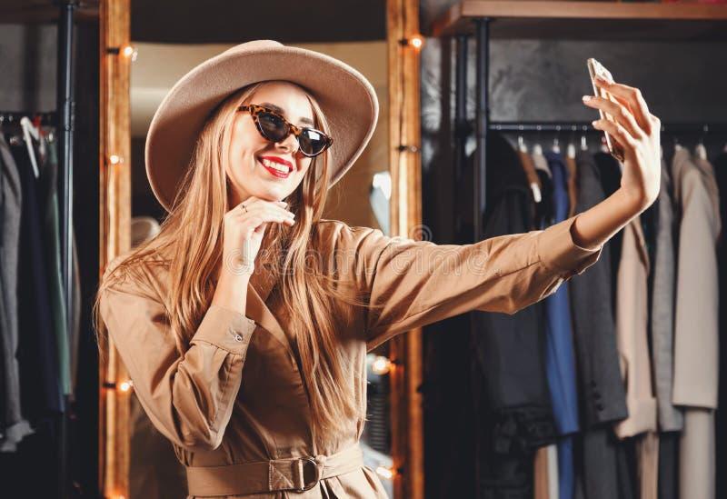 Louro lindo Shopaholic que toma Selfie fotos de stock royalty free