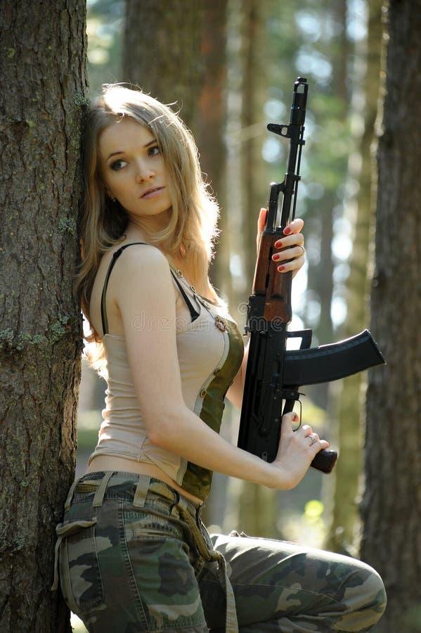 Louro novo com um rifle imagem de stock royalty free