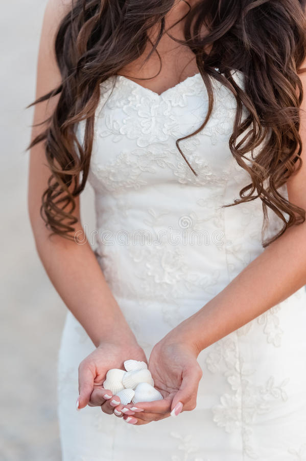 Louro novo no vestido de casamento fotografia de stock royalty free