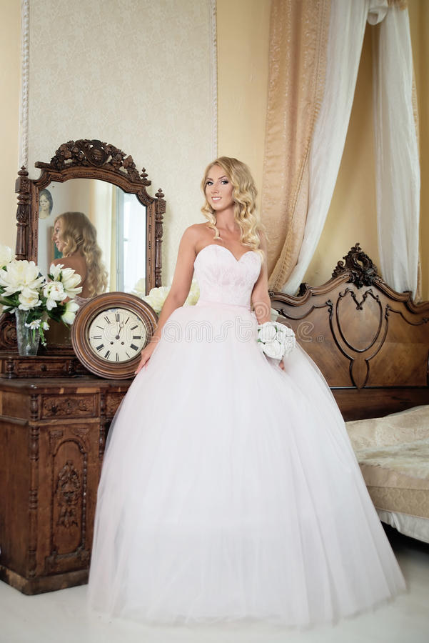 Louro novo no vestido de casamento Forma foto de stock royalty free