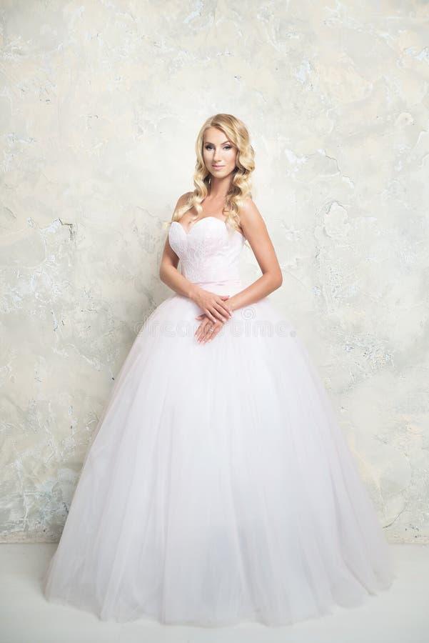 Louro novo no vestido de casamento Forma fotografia de stock royalty free