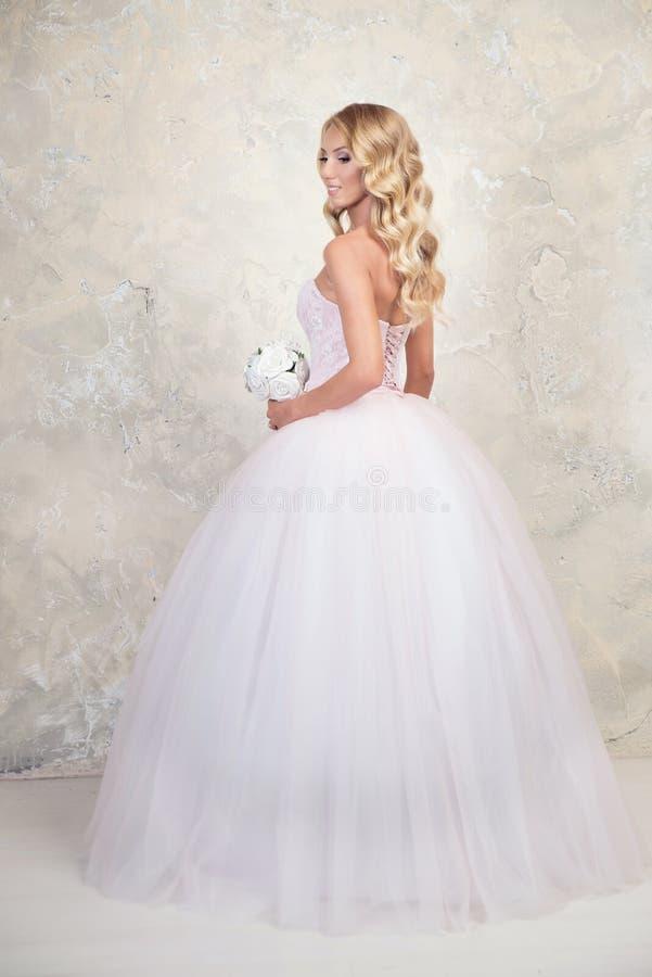 Louro novo no vestido de casamento Louro fotografia de stock royalty free