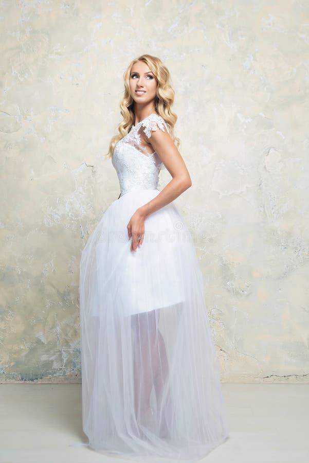 Louro novo no vestido de casamento Louro imagem de stock