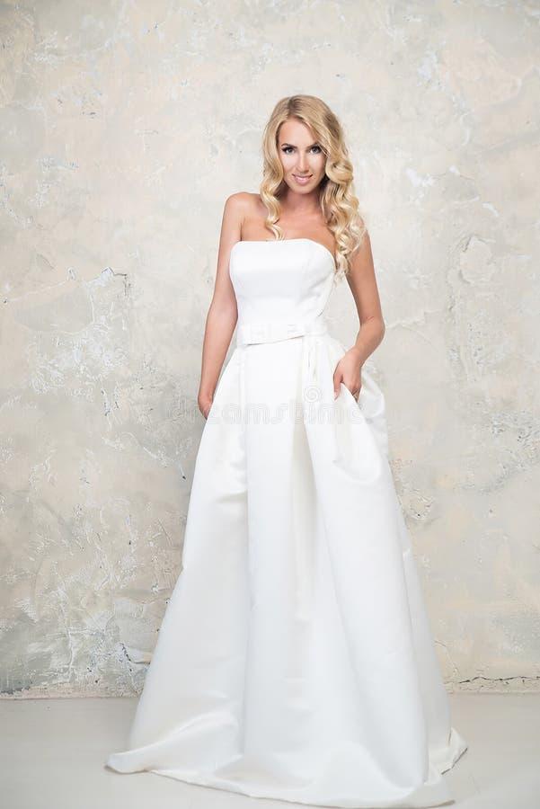 Louro novo no vestido de casamento Louro fotos de stock