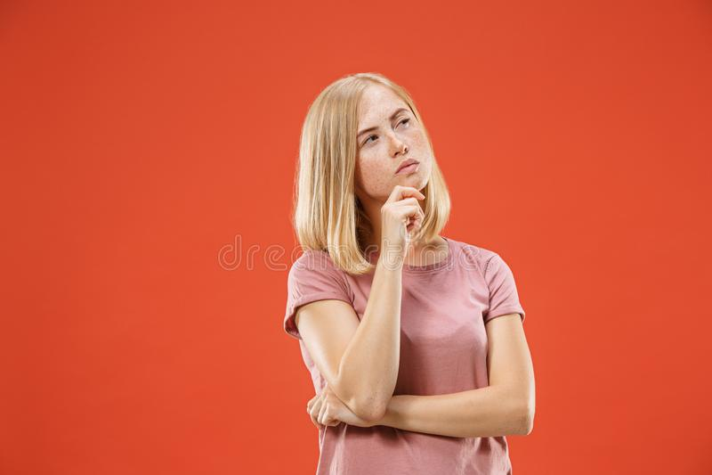 Louro pensativo sério novo com mulher das sardas Conceito da dúvida foto de stock