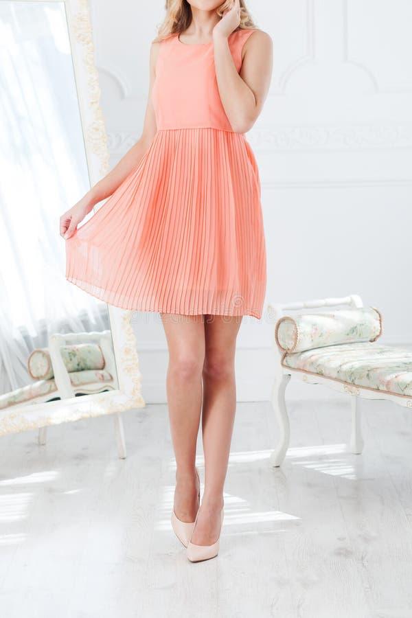 Louro que levanta no crescimento completo em um vestido curto do verão cor-de-rosa imagens de stock royalty free