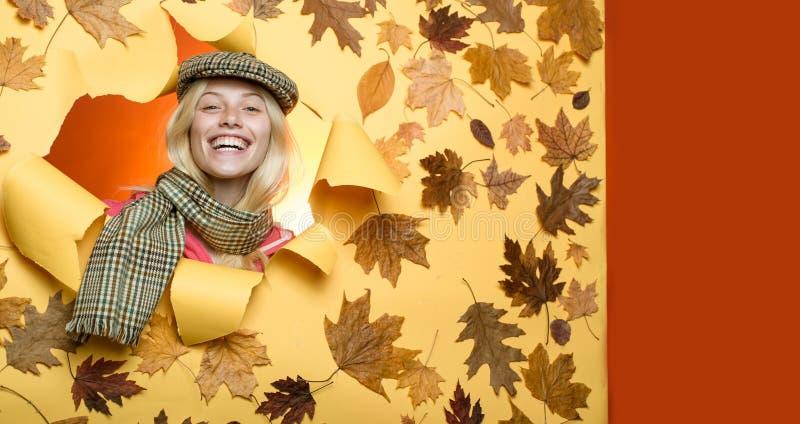 Louro sensual bonito que joga com folhas Menina no outono em uma folha dourada do whith sazonal da roupa Mulher nova feliz imagens de stock