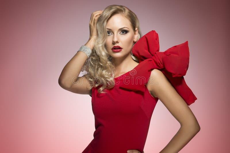Louro 'sexy' novo no vestido vermelho imagem de stock royalty free