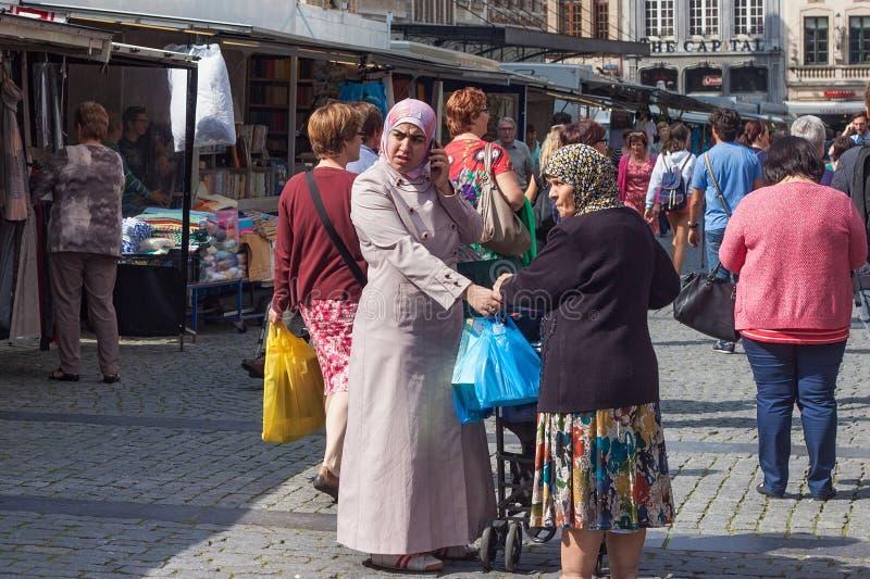 LOUVAIN, BELGIQUE - 5 SEPTEMBRE 2014 : La femme inconnue s'est habillée dans un habillement islamique se tenant sur le Grote Mark photos libres de droits