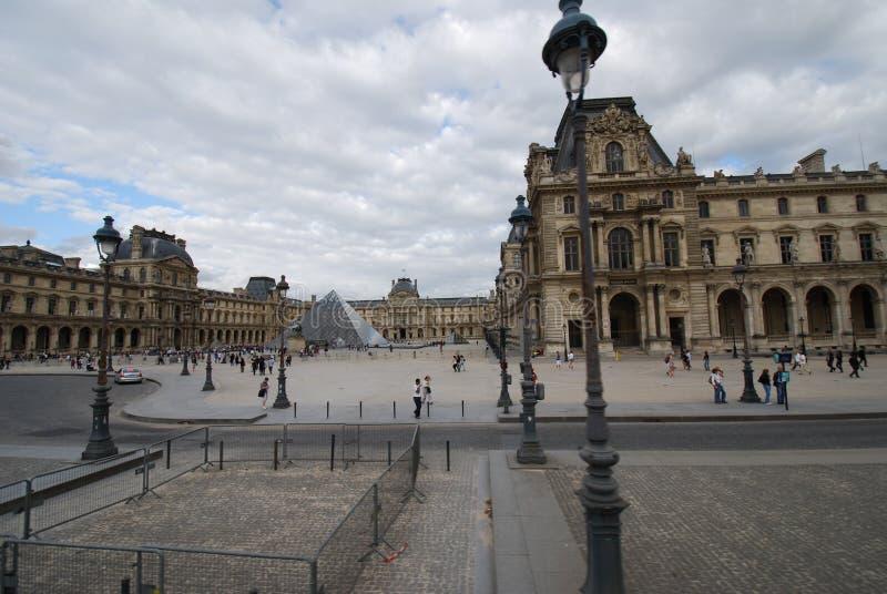 Louvre, Arc de Triomphe du Carrousel, Louvre Paris, Hotel-Frankreich, Himmel, Piazza, Marktplatz, Touristenattraktion lizenzfreie stockfotos